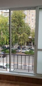 מסילה + רשת שקופה בחלון סלון