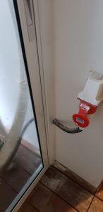 סגירת צינורות חלון חדר שירות