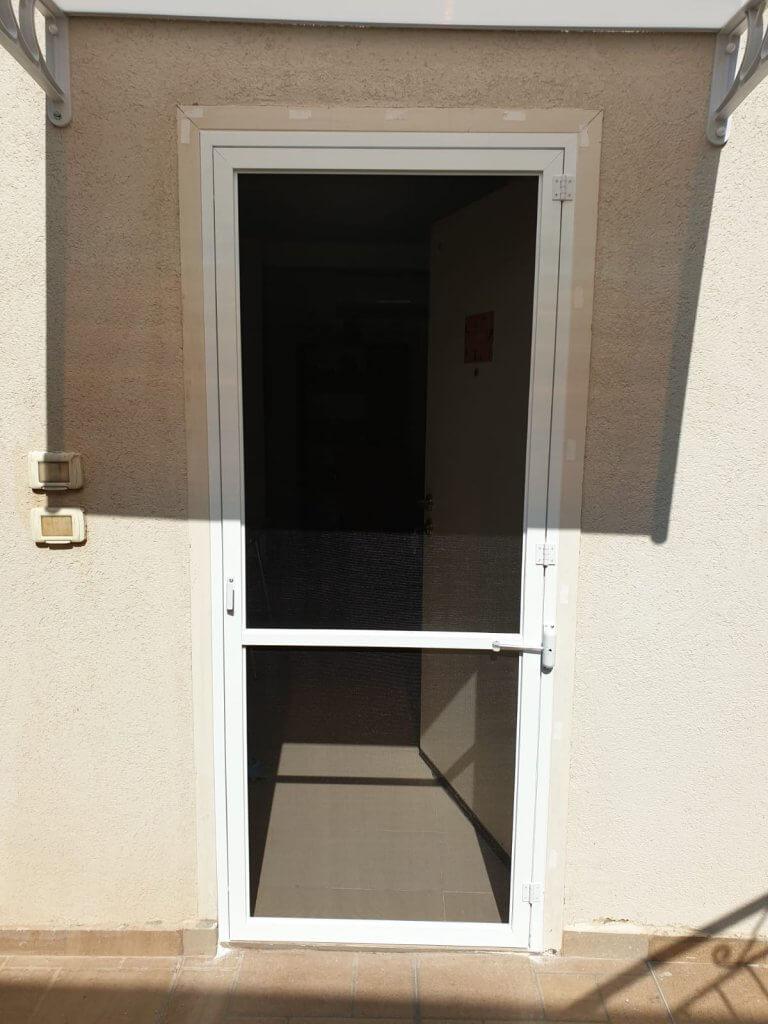 דלת רשת על צירים